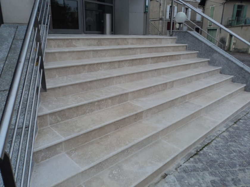 Ext rieur pierres nimes compagnie des carrelages for Peindre escalier travertin